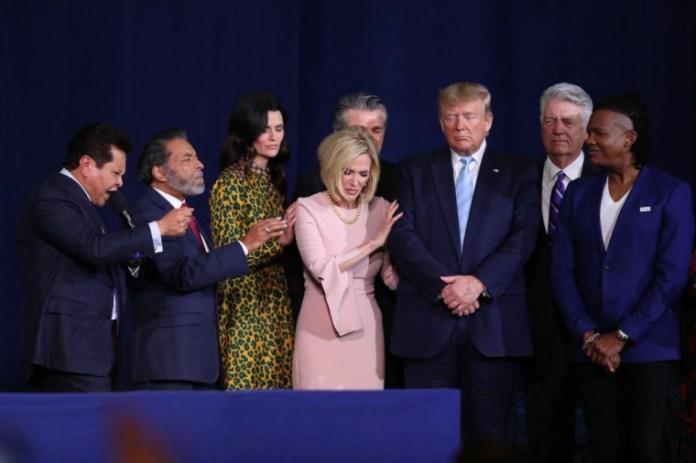 Os líderes religiosos oram pelo presidente Donald Trump durante um evento de campanha 'Evangélicos para Trump', realizado no Ministério Internacional Rei Jesus em 3 de janeiro de 2020, em Miami, Flórida. | Joe Raedle / Getty Images