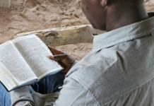 Cristão lendo a Bíblia