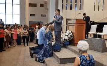 O presidente Jair Bolsonaro recebe oração na Igreja Memorial Batista, em Brasília
