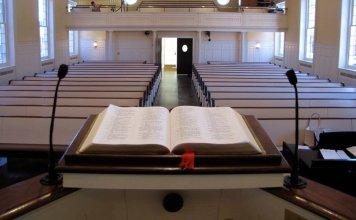 Bíblia aberta em púlpito de uma igreja vazia (Foto: Getty Immages)