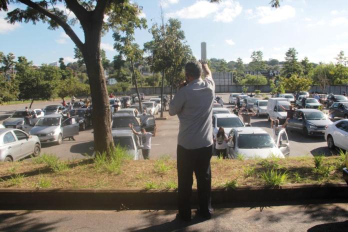 Cerca de 150 fiéis se puseram em oração contra a Covid-19 na manhã deste domingo (26), em Betim. (Foto: Roberto Maradona)