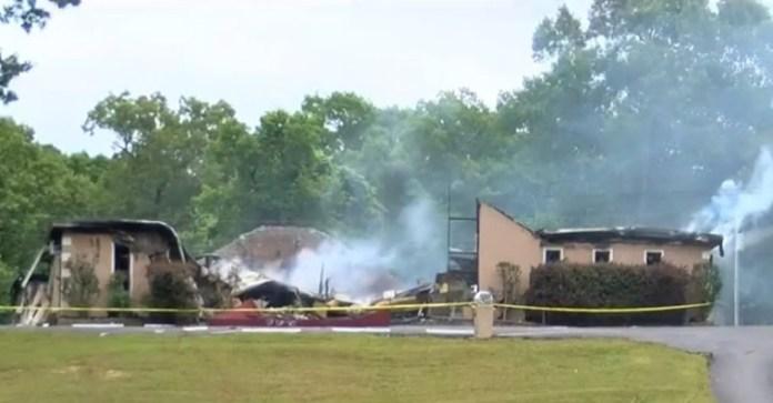A fumaça sobe das cinzas da Primeira Igreja Pentecostal de Holly Springs, Mississippi, depois que foi queimada em 20 de maio de 2020. | Captura de tela: WMC5