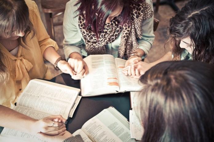 Mulheres orando