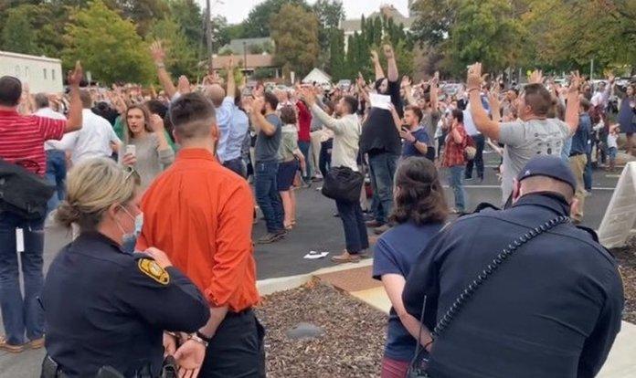 Três pessoas foram presas em Idaho por não usarem máscaras em um evento ao ar livre organizado pela igreja. (Foto: Reprodução / Facebook)