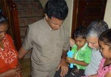 Pastor ora com cristãos no Sri Lanka. (Foto: Reprodução / Barnabas Fund)