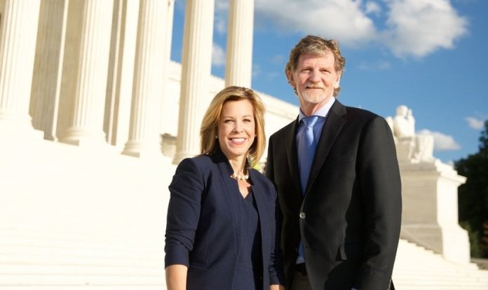 Kristen Wagoner nos degraus da Suprema Corte com seu cliente, Jack Phillips. (Foto: Reprodução / Alliance Defending Freedom)