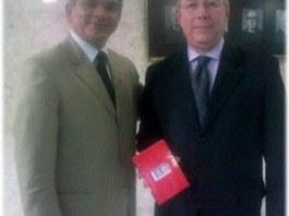 """Dr. Gilberto Garcia entrega o Livro """"O Direito Nosso de Cada Dia"""", Editora Vida, para o Ministro do STF, Celso de Mello."""