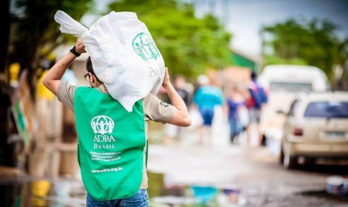 Voluntário da ADRA Brasil carrega doações durante uma das ações realizadas pela agência humanitária (Foto: ADRA Brasil)