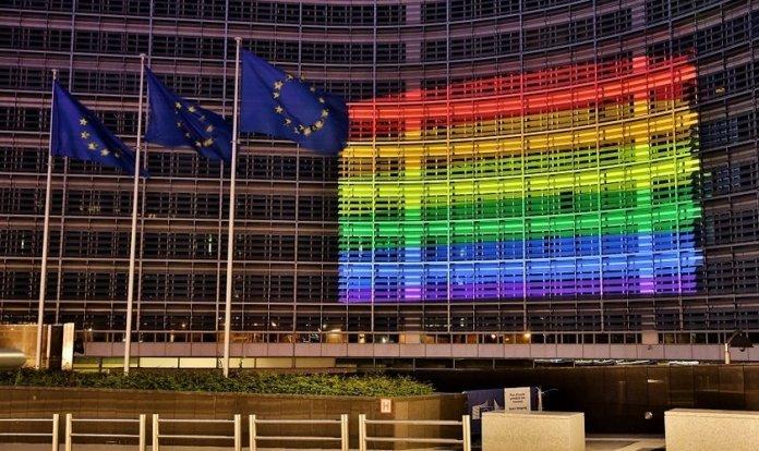 A sede da Comissão Europeia em Bruxelas, iluminada com as cores adotadas pelo movimento LGBT. (Foto: L. Kobus / Comissão Europeia)