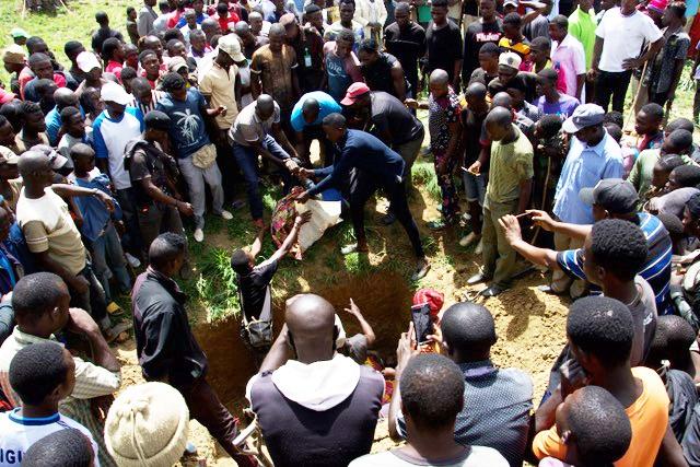 Um enterro em massa na Nigéria (Foto: Release International / Rev Hassan John)