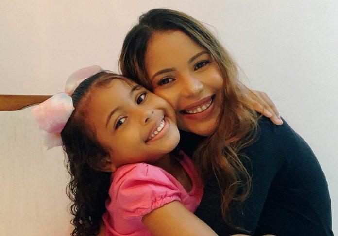 A cantora Amanda Wanessa e sua filha Mel