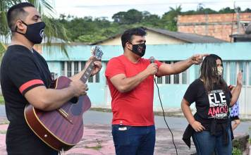 Pastor e músicos cantam e oram de porta em porta em Manaus (Foto: Divulgação)