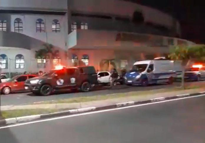 Viaturas da polícia em frente ao tempo sede da Assembleia de Deus - Foto: Reprodução/Facebook