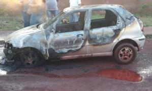 Read more about the article Em Ladário, bombeiros combatem incêndio que atingiu veículo