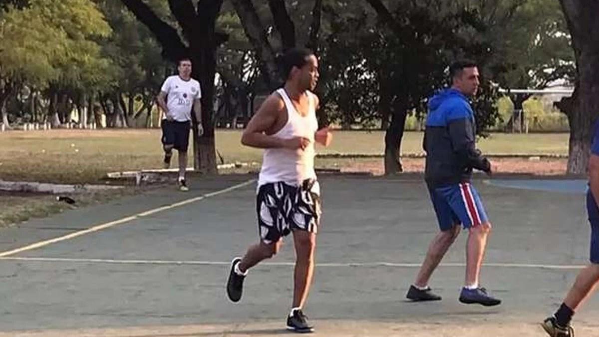 Read more about the article Ronaldinho joga em torneio de presídio e time dele vence por 11 a 2