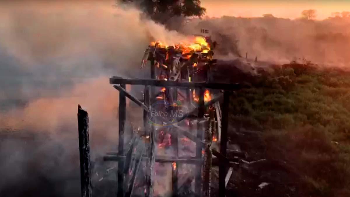 Read more about the article Agesul trabalha para liberar acesso na estrada da Manga após fogo destruir ponte   vídeo