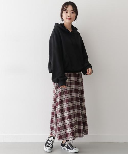 黒パーカー×フレアスカート2