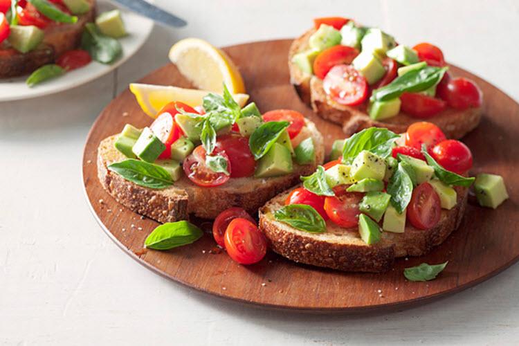 Deilig Bruschetta med avocado og tomat