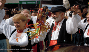 Folklore Dancers Performing the Tarantella at Ottobrata Zafferanese © epanto https://www.flickr.com/photos/epanto/6303001780/