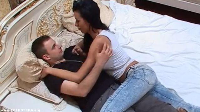 mimi oro i jasmin na krevetu