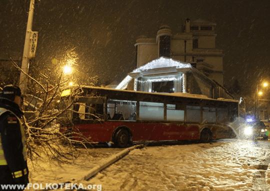 autobus se zakucao u cecinu kucu