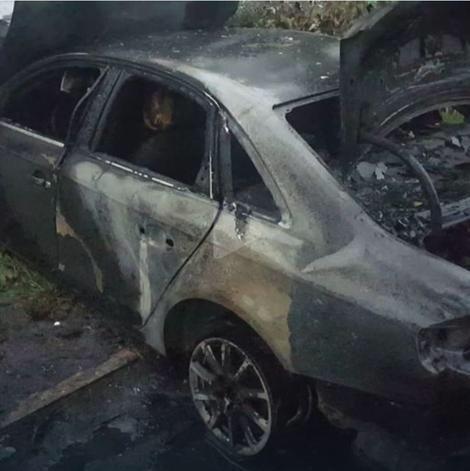 Marko Bulat pored zapaljenog automobila