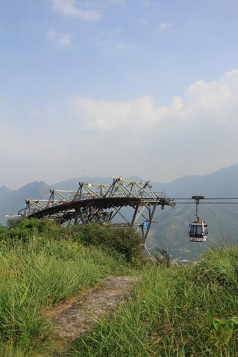 繞過纜車塔,右方山徑上草坪休息