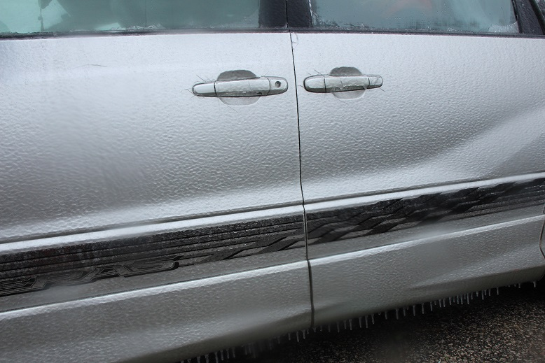 在山腳的私家車同樣結了霜