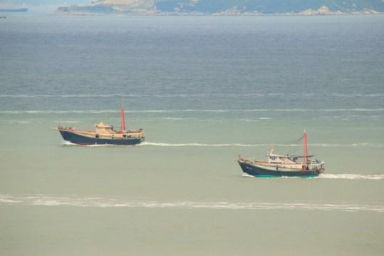 拖網的漁船