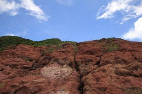 佈滿赤紅的石頭
