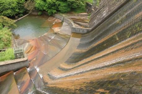 從壩頂向下望