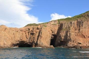 岸邊有不少海蝕洞