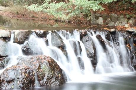 溪澗的小瀑布