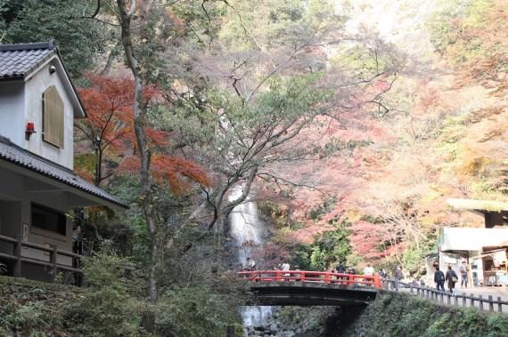 瀑布前的紅橋和商店