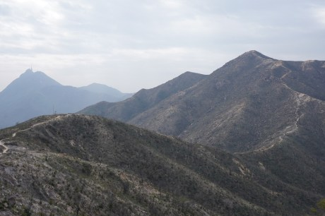 高低起伏的山巒