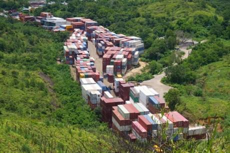 山旁的貨櫃場