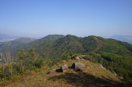 對面的犁壁山及大山