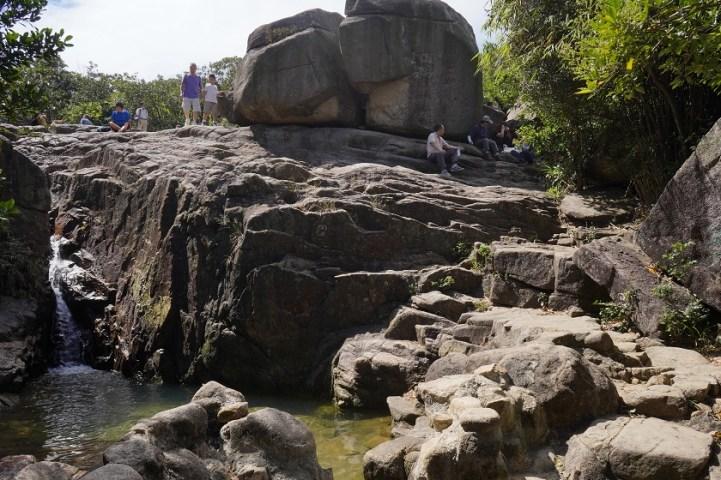 遊人都在龜石休息