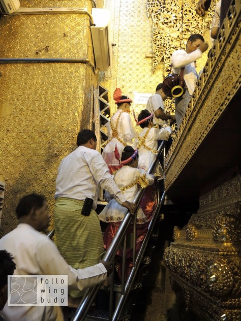 Der Aufgang zur Statue. Auch hier ist Frauen das Berühren des Heiligtums leider verboten.