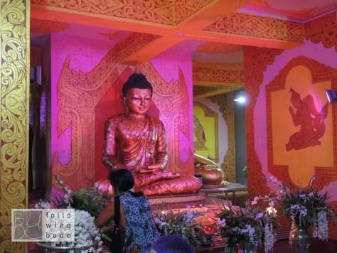 Zahlreiche Schreine im Inneren des stehenden Buddhas