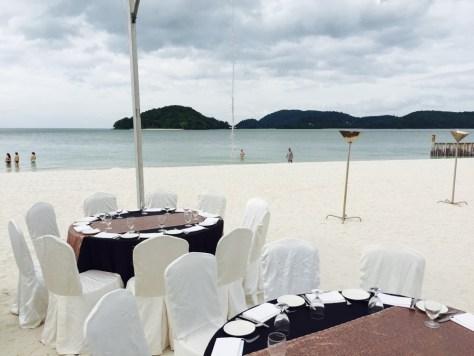 Unser Tisch (der hintere) direkt am Meer