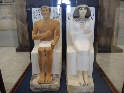 Grabstatuen von Nofret und ihrem Mann Rahotep. Um 2.600 v. Chr. Entdeckt im gemeinsamen Grab im Jahre 1871
