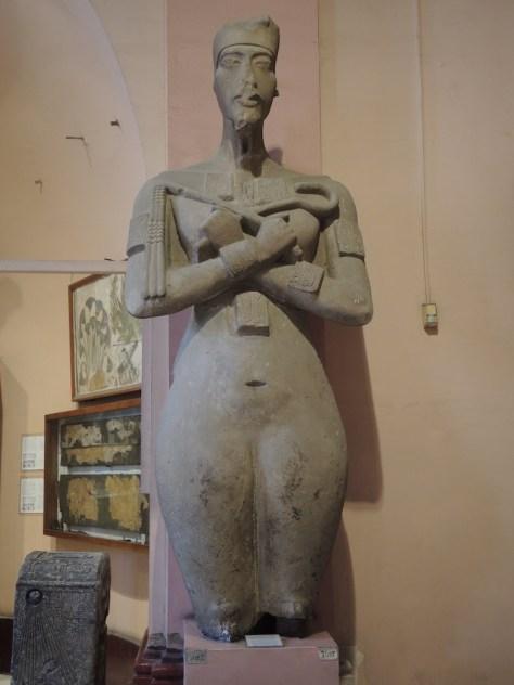 Die im Vergleich eher feminine Darstellung des Pharaos Echnaton gibt laut unseres Reiseführers Mustafa anscheinend manchmal Anlass zur Spekulation