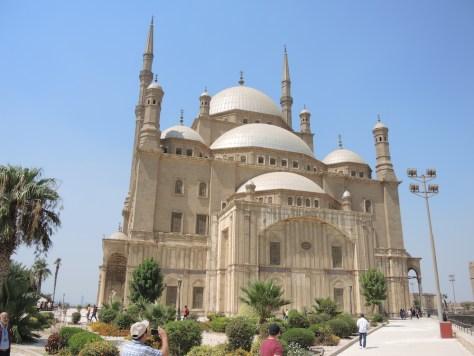 Die große Kuppel hat eine Höhe von 52 Metern. Die Minarette sind 82 Meter hoch.