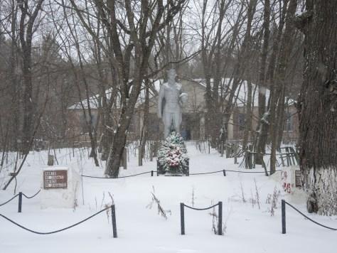 Ein Denkmal aus früheren Tagen. Im Hintergrund das Kinderheim.
