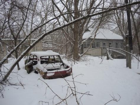 Ein Auto, das 1986 zu den besten des Landes gehörte. Im Hintergrund das Wohnhaus.