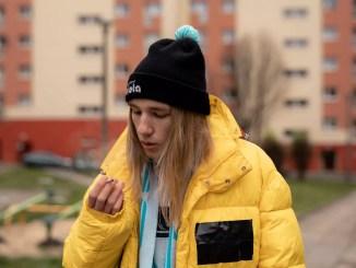 raper zibex w żółtej kurtce na tle bloku
