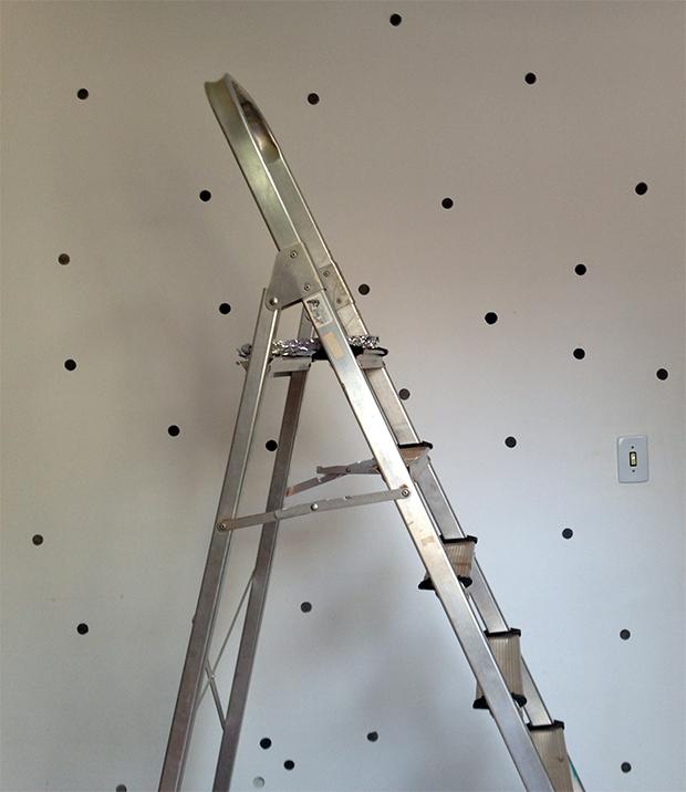 follow-the-colours-parede-bolinhas-DIY-decor-11