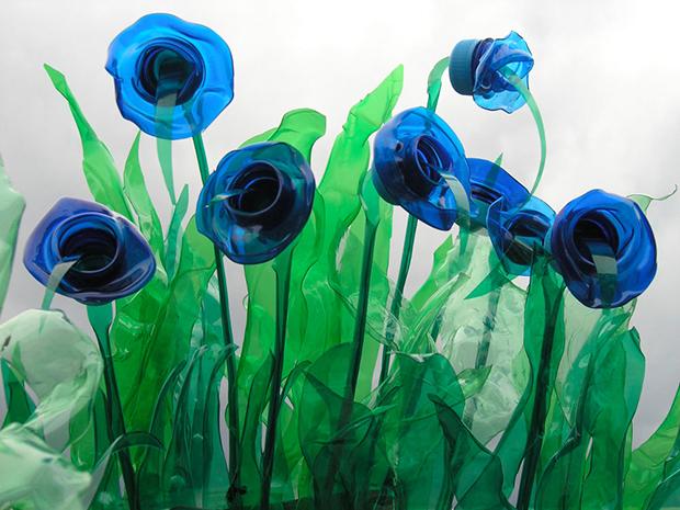 Garrafa PET Veronika Richterová flor azul