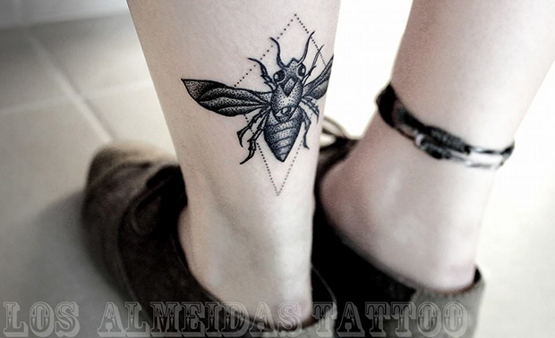 Tattoo Bruno Almeida blackwork abelha